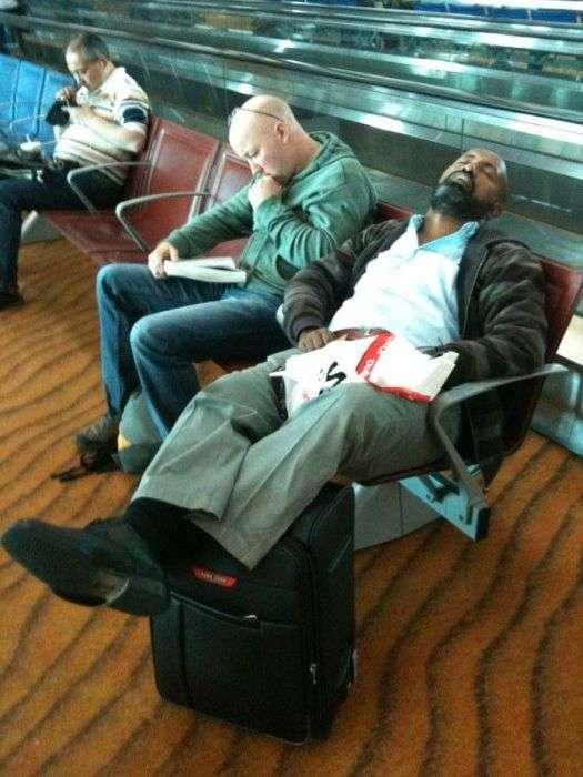 Сплячі в аеропорту (18 фото)