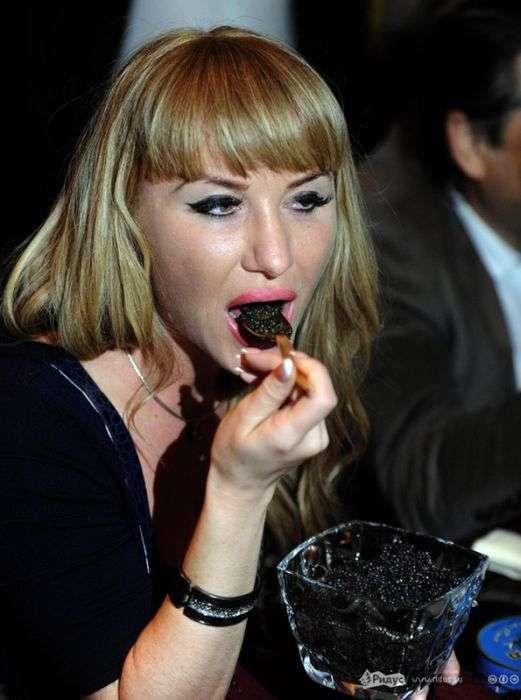 Конкурс на поїдання чорної ікри (12 фото)