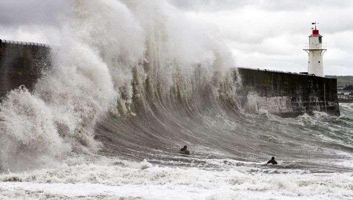Небезпечний серфінг (4 фото)