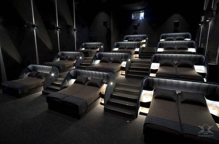 В Швейцарии открыли кинотеатр с кроватями для зрителей Интересное