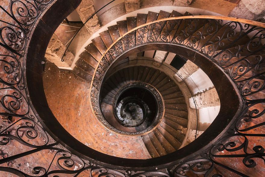 Фотограф путешествует по заброшенным зданиям, снимая таинственные места с уникальной атмосферой и колоритом
