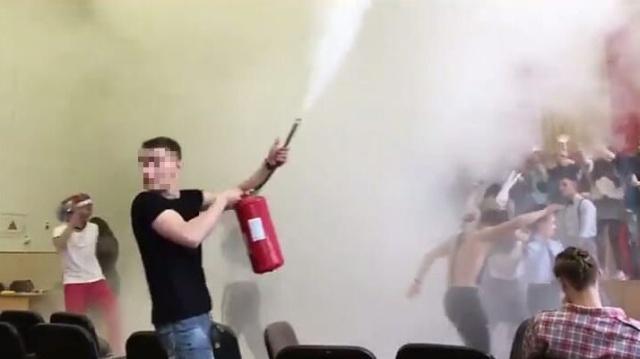 Во Владивостоке после скандальной вечеринки на последний звонок увольняется директор школы Всячина