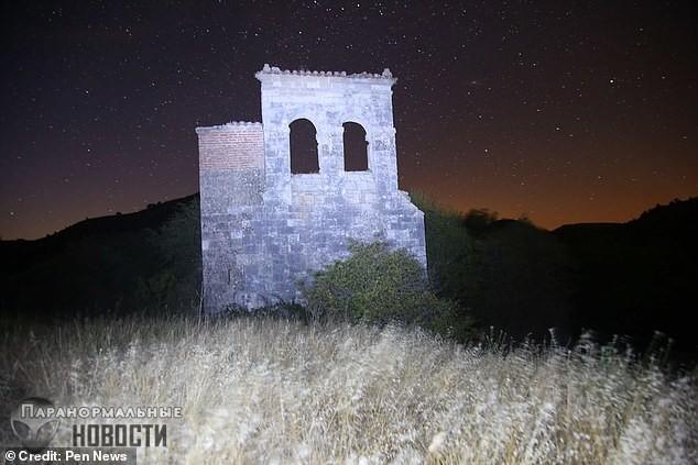 В заброшенной деревне засняли тень невидимки, а потом фотограф нашел на своем теле странные царапины Тайны и мифы