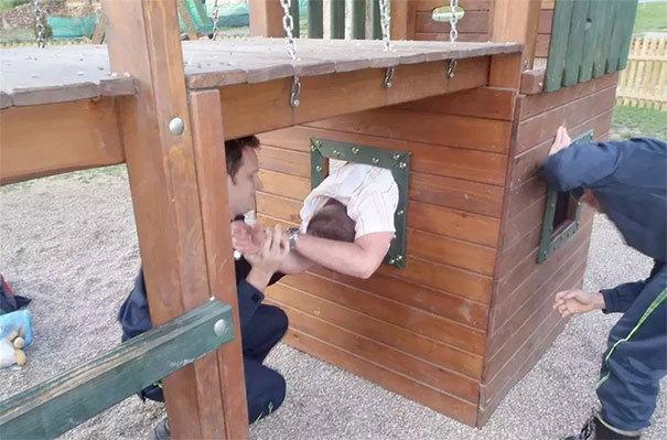 Как взрослые люди застревают в детских качелях: 10+ весёлых фотографий