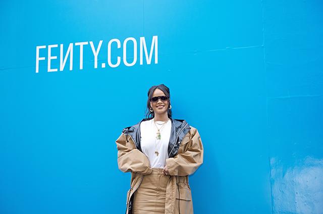 Парка и ультрамини: Рианна на презентации своей коллекции одежды в Париже Звездный стиль