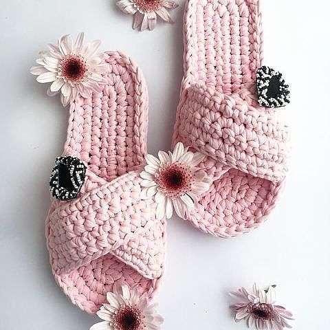 Такие миленькие и уютные тапочки можно связать из трикотажной пряжи себе или на подарок. handmake,вязание,мастер-классы,поделки своими руками